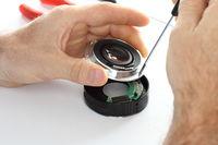 Optiker arbeitet an Gerät