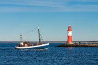 Ein Fischerboot an der Mole von Warnemünde