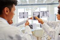 Radiologen Team diskutiert Röntgenbilder