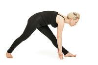 Yoga Frau in schwarz_Virabhadrasana Variation1