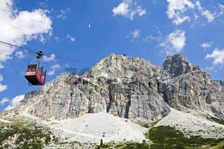 Seilbahn zum Lagazuoi, Passo di Falzarego, Dolomiten, Ampezzaner Alpen, Große Dolomitenstraße, Südtirol, Italien, Europa, Cablecar to Lagazuoi, Ampezzaner Alps, Dolomites,  South Tyrol, Italy, Europe