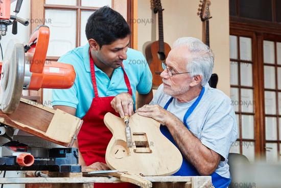 Handwerker bei der Ausbildung eines Azubi