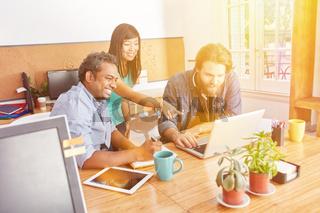 Startup Business Team am Laptop Computer