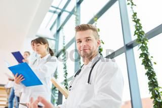 Junger Mann als Arzt in Ausbildung
