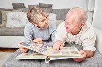 Senioren Paar blättert im Fotoalbum