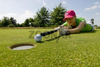 Golfspielerin beim putten