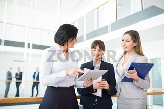 Drei Geschäftsfrauen als Team bei einer Besprechung