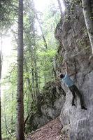 Kletterer übt an einer kleinen Felswand