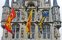 Flaggen am gotischen Rathaus, Stadhuist, Gouda, Niederlande