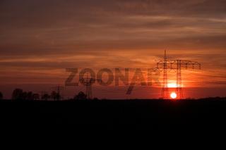 Strommasten im Sonnenuntergang