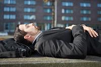 Business Mann schläft im Freien
