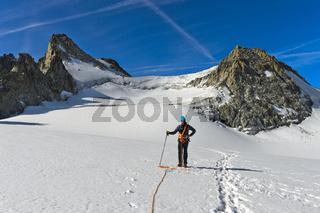Alpinist auf dem Plateau du Trient unter dem Bergpass Col Blanc zwischen der Schweiz und Frankreich,