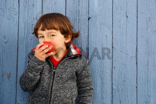 Kleiner Junge Kind Apfel Obst Früchte essen Herbst gesunde Ernährung