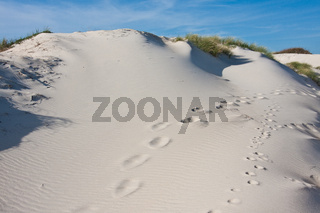 Weiße Dünenlandschaft mit Fußspuren