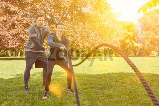 Frau mit Battle Rope bei Personal Training