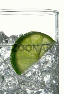 Limettenscheibe in Wasserglas