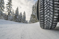 Winterreifen auf schneeglatter Straße