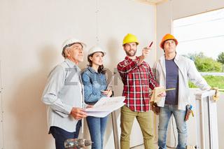 Vorarbeiter und Architekten planen zusammen