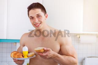 Junger Mann essen Frühstück in der Küche morgens Morgen Textfreiraum