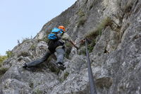 Mann klettert steile Wand nach oben