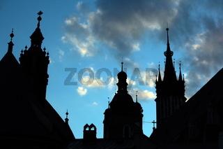 Der Rynek Glowny Platz mit der Marienkirche in der Altstadt von Krakau im sueden von Polen.