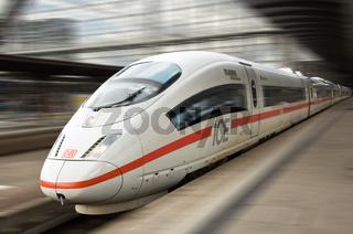Ein ICE der Deutsche Bahn verlässt den Hauptbahnhof