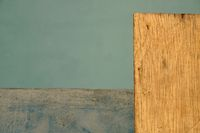 Wand und Holzplatte