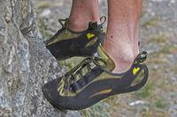 Kletterschuhe erleichtern das Stehen und Vorwärtskommen im steilen extremen Fels