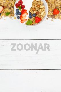 Müsli Frühstück Früchte Joghurt Erdbeeren Textfreiraum Schale Hochformat von oben