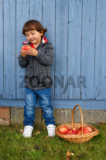 Kind Apfel Obst Früchte essen Ganzkörper draußen Textfreiraum Herbst gesunde Ernährung