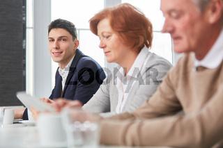 Junger Mann als Student mit Kollegen