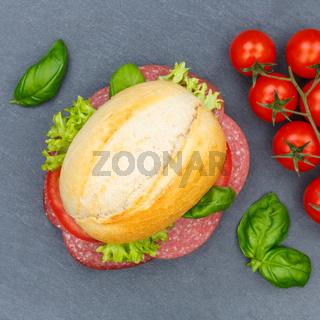 Brötchen Sandwich Baguette belegt mit Salami Schinken Quadrat von oben Schieferplatte