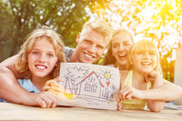 Kinder und Familie mit Zeichnung von Traumhaus
