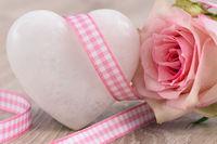 weißes herz mit rose