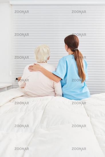 Pflegekraft kümmert sich um alte Seniorin