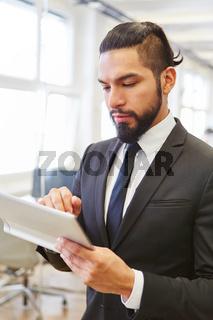 Geschäftsmann macht Planung mit dem Tablet