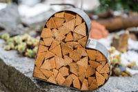 Symbol Herz aus Metall und Holz