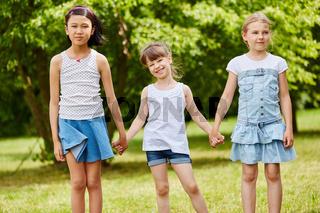 Gruppe Mädchen steht im Park