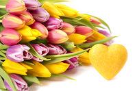 Frühlingsblumenstrauß mit Tulpen und Herz