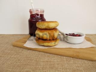 Kleine Crumpets Pancake mit Preiselbeerkonfitüre