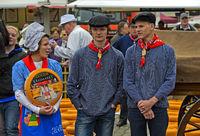 Holländisches Käsemädchen mit einem Gouda Käselaib und Käsejungen, Gouda, Niederlande