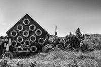 Hütte mit alten Rettungsringen