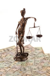 Justitia und Dollar. Symbol für Rechtskosten.