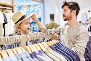 Junges Paar beim kaufen von Kleidung