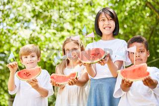Gruppe Kinder serviert frische Wassermelonen