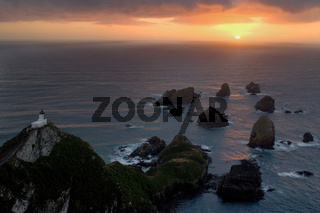 Nugget Point, Felsnadeln, die sogenannten Nuggets, und Nugget Point Leuchtturm, Catlins, Southland, Suedinsel, Neuseeland, Nugget Point, sea stacks called nuggets and Nugget Point Lighthouse, Catlins, Southland, South Island, New Zealand
