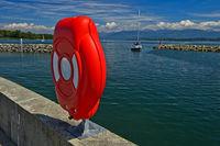 Box für Rettungsring im Yachthafen Port des Aberiaux am Genfersee, Prangins, Waadt, Schweiz