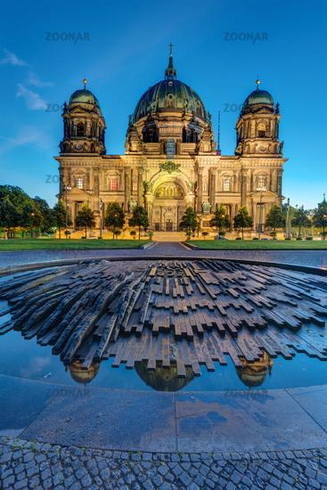 Der angestrahlte Berliner Dom