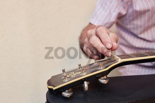 Feinabstimmung einer Gitarre mit Imbusschlüssel