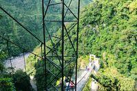 Hängebrücke zum Wasserfall Pailon del Diablo Banos in Ecuador